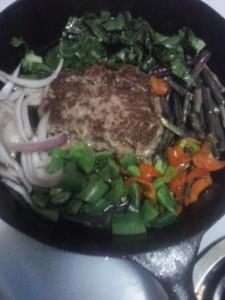 FOOD Healthy burger & 5 veggies in cast iron